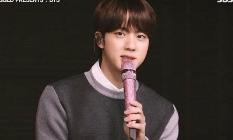Jin de BTS nuevamente conquista a los locales como el chico de micrófono rosa