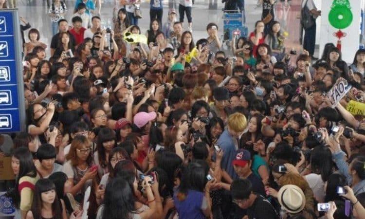 Fans siguen a EXO en aeropuerto