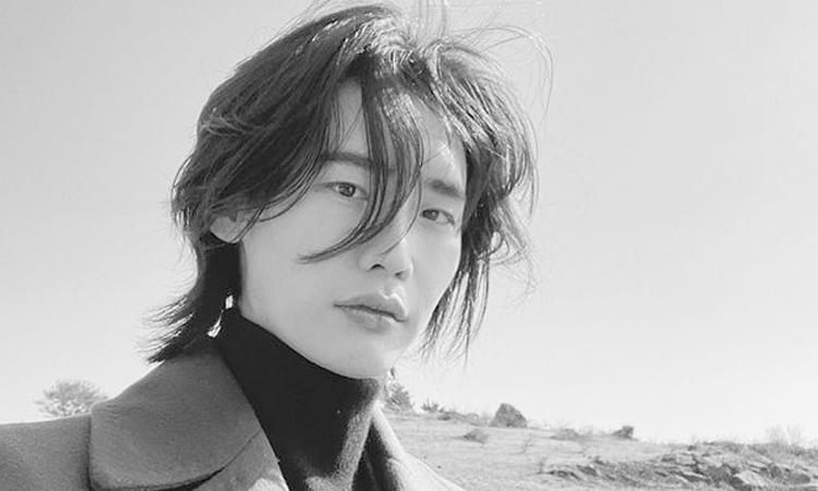Lee Jong Suk enamora a los fans luciendo su cabello largo