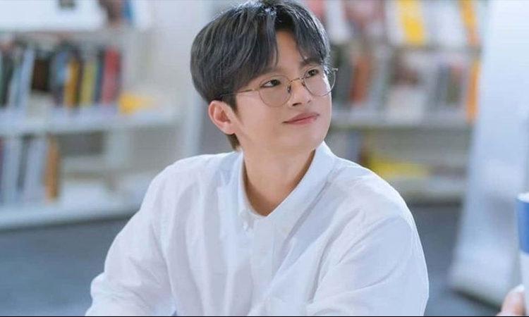 Seo In Guk diz que acha seu rosto estranho e às vezes feio.