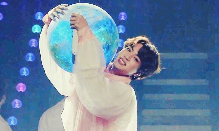 Jin presentando Moon en el escenario